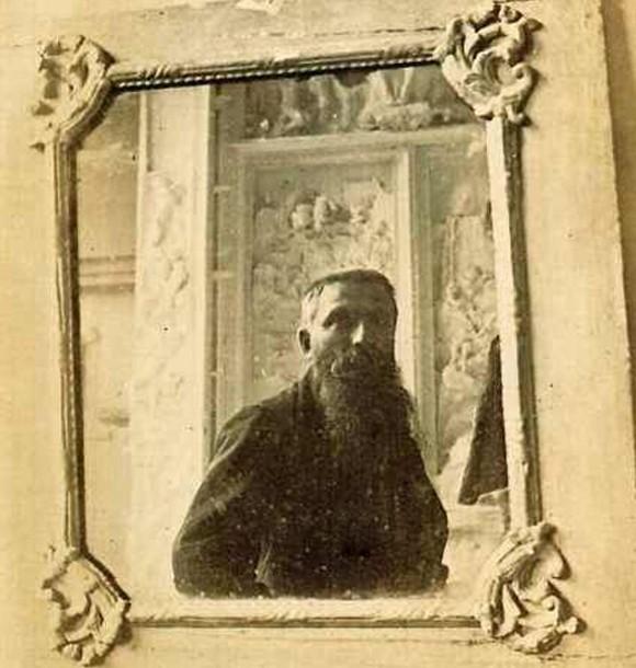 « Rodin devant la Porte de l'Enfer se reflétant dans un miroir », William Elborne, 1887.
