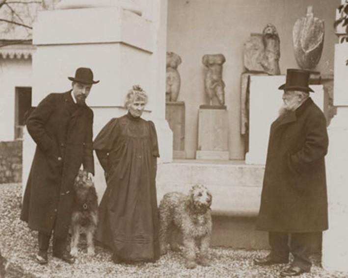 « Rodin, Rose, Rilke dans le jardin de Meudon en compagnie de deux chiens », sans date, Albert Harlingue, musée Rodin. Paris.