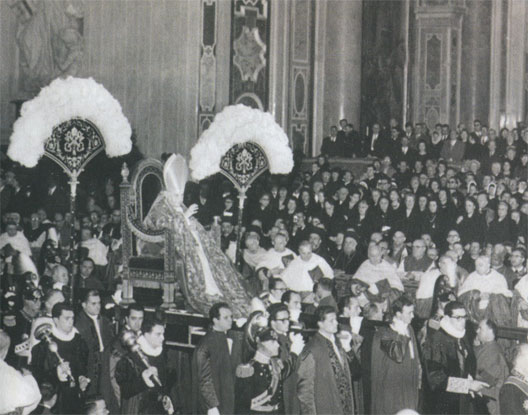Le pape Jean XXIII sur la sedia gestatoria, lors d'un consistoire à Saint-Pierre de Rome