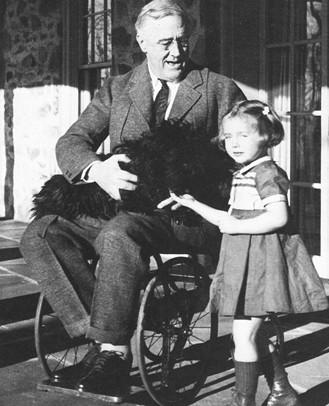 Le président Roosevelt en chaise roulante dans l'intimité de sa propriété de Hyde Park (NY)