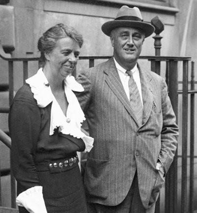 Le président Roosevelt debout (adossé à une balustrade) à côté de son épouse Eleanor