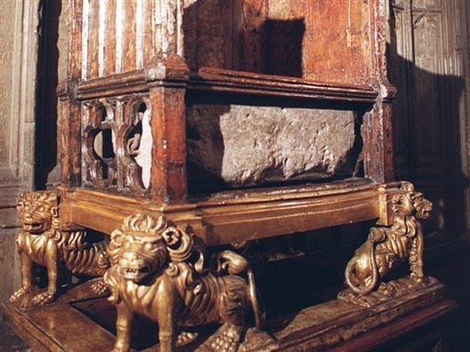 Stone of Scone or Stone of Destiny, on the crowning throne at Westminster Abbey (DR)