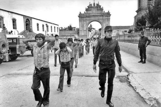 Arrestation de terroristes présumés de Sentier Lumineux vers 1990 (Ayacucho, Pérou), DR