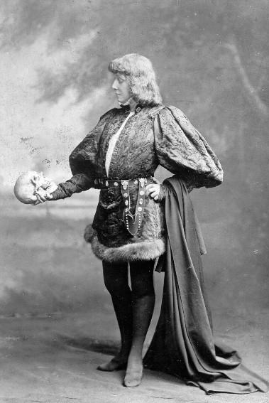 Sarah Bernhardt dans le rôle d'Hamlet, carte postale, 1899.