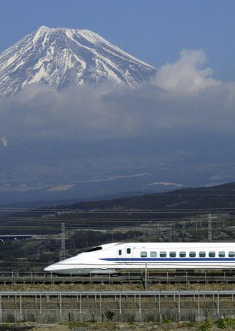 Le train Shinkansen et le mont Fuji, au Japon (DR)