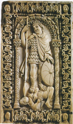 Soldat carolingien terrassant un ennemi (diptyque en ivoire de l'abbaye d'Ambronay - Ain, IXe siècle, musée de Bruxelles)