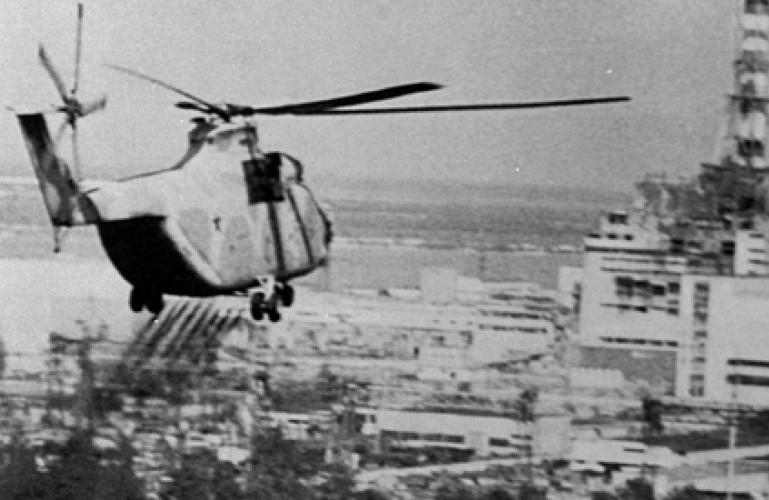 Un hélicoptère fait un largage sur la centrale de Tchernobyl (DR)