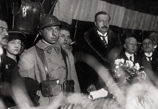 Auguste Thin devant le cercueil du Soldat Inconnu (1920)