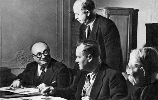 De gauche à droite, Jacques Duclos, Maurice Thorez, André Marty (debout) et Marcel Cachin