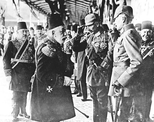 Le sultan Mehmed V de Turquie salue le Kaiser Wilhelm II à son arrivée à Istanbul. Hakki Pacha, ambassadeur de Turquie à Berlin, est à la gauche du sultan, 7 octobre 1917, collection des musées de la guerre impériale (IWM), Londres.