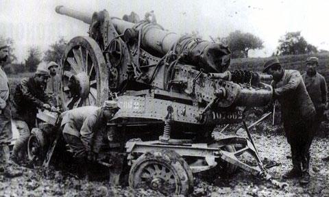 Une batterie française en cours de déplacement à Verdun, en 1916