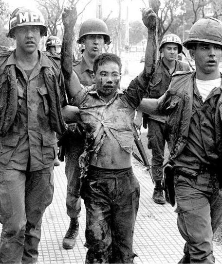 Capture d'un Vietcong près de l'ambassade américaine de Saigon (offensive du Têt, 1968) (DR)