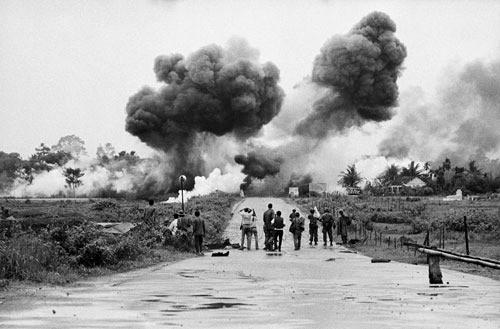 Bombardement d'un village vietnamien (années 1960)