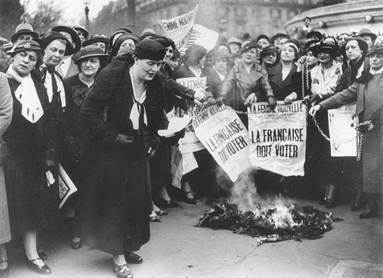 Manifestation de suffragistes à Paris en mai 1935 sous la conduite de Louise Weiss (au premier plan)