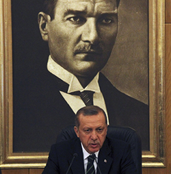 Recep Tayyip ErdoÄŸan devant le portrait de Moustafa Kemal Ataturk en 2013 (DR)